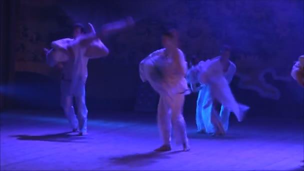 Menschen tanzen auf der Bühne
