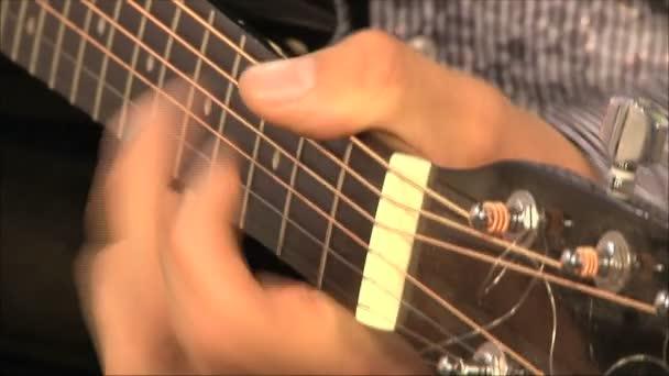 hudebník hraje kytara