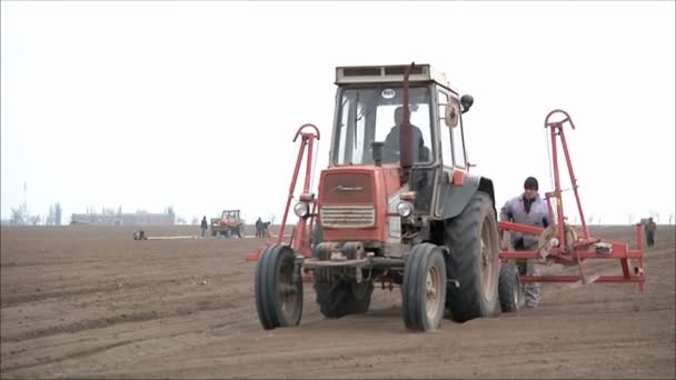 Traktor se zarovná na zem