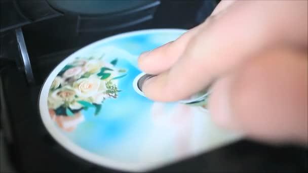 Člověk vložit disk a flash disk