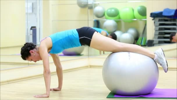 schönes Mädchen macht Übungen