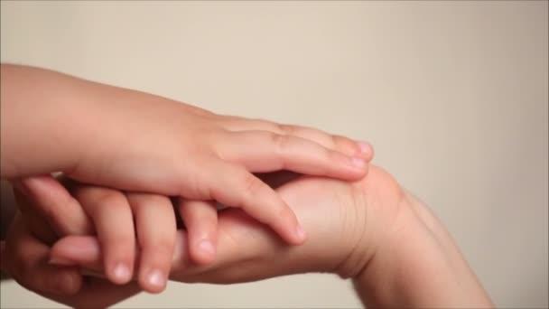matka a syn, drželi se za ruce