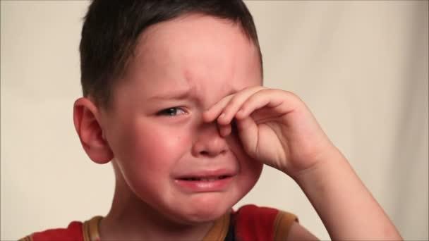 Kisfiú sír