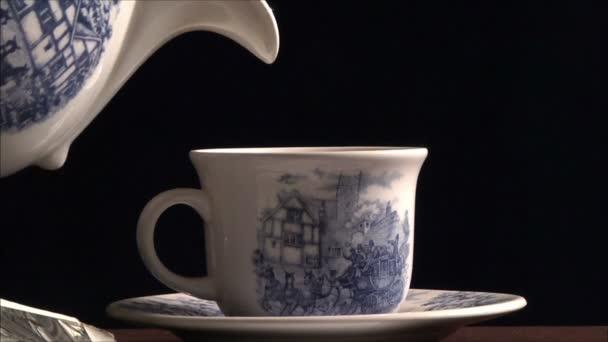 čaj nalil do poháru