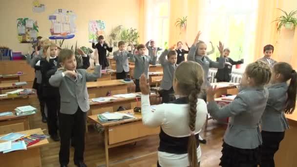 Žáci se cvičení v učebně