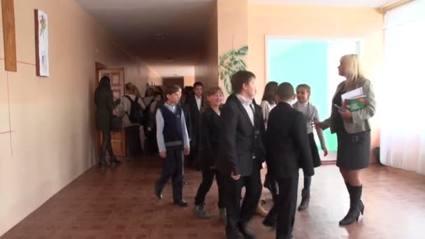 Iskola folyosóin gyermekek