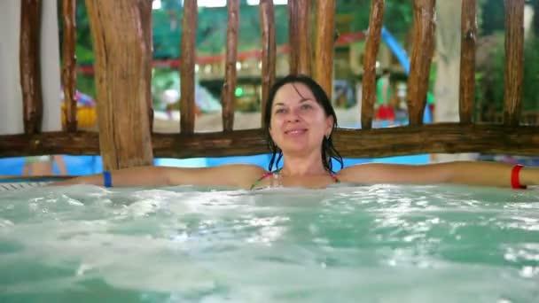 Žena relaxace ve vířivce