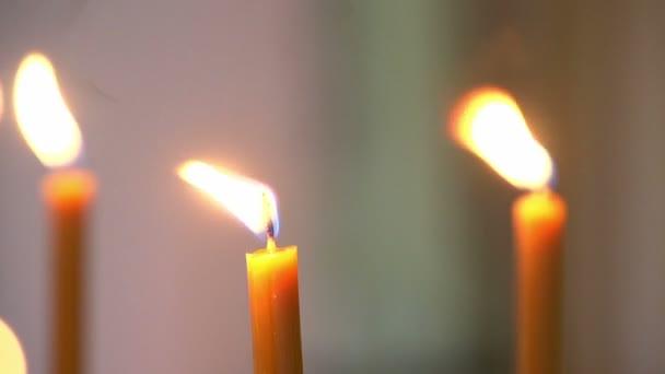 égő gyertyát a templomban
