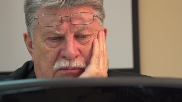 Geschäftsmann, der mit Computer arbeitet