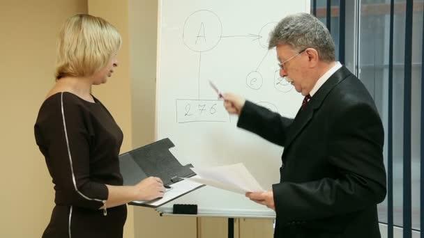 donna e uomo daffari tenere una riunione