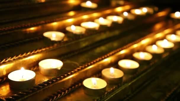 svíčky hořící v kostele