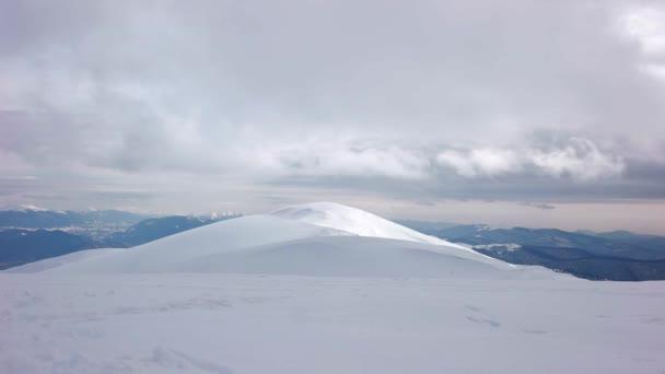 Time-Lapse mraků v zimních horách