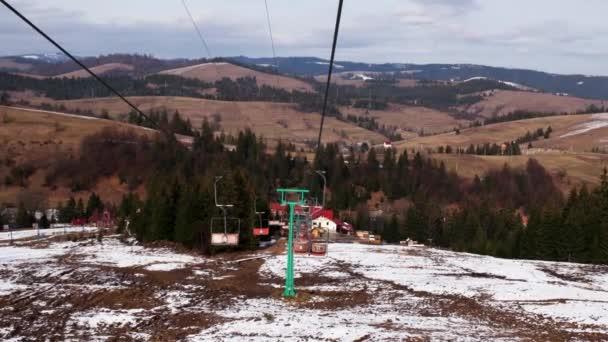 Kabiny sedačkovou lanovkou nahoru a dolů po svahu bílá sněhová pokrývka