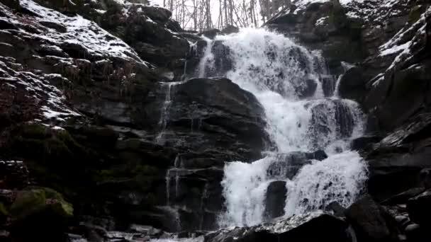 Rychle tekoucí voda vodopád v zimě