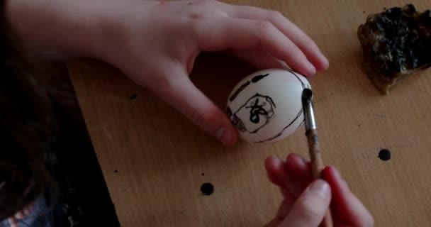 A húsvéti gyertya lány festékek