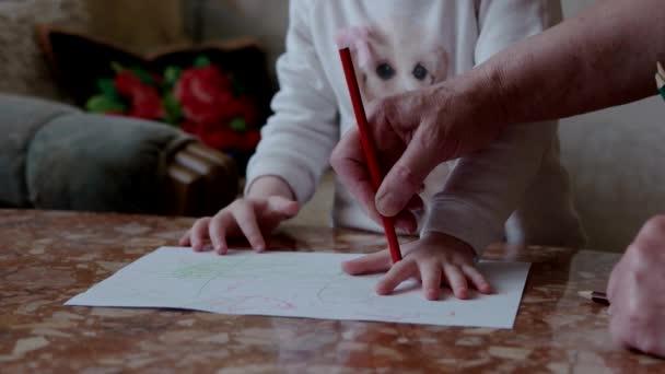 Fiatal nő, és ő gyermek rajz kezünk körvonala ceruzával