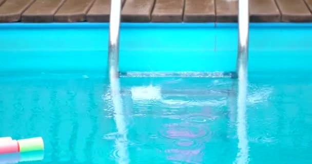 Kapky deště v venkovní bazén