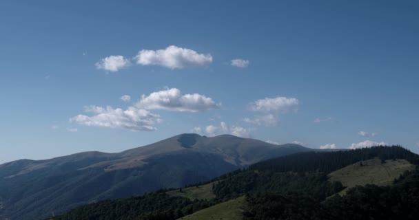 Systém mraky s pohoří a stromy Timelapse. Karpaty krajina