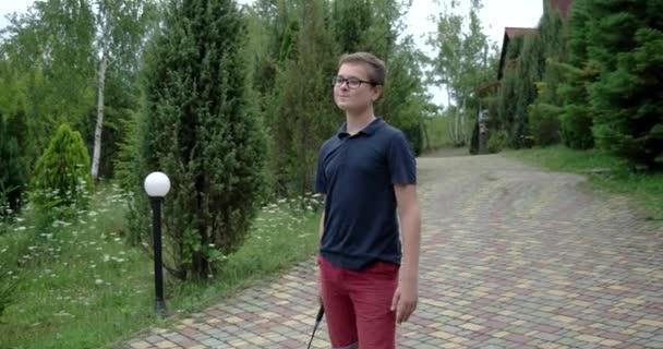 Chlapeček s raketou a kuželka hrát Badminton a zábava venku