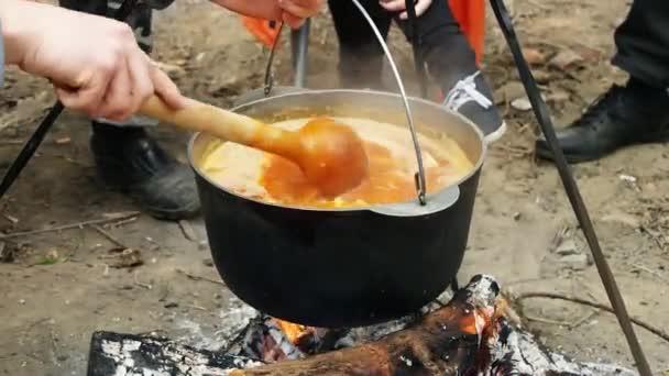 Vaří na ohništi tradiční maďarské jídlo - bogracs guláš
