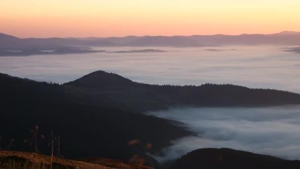 Krásný východ slunce s mořem mlhy - panoramatický pohled