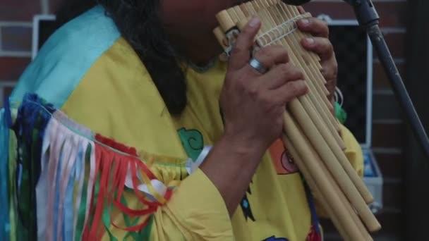 Už američtí indiáni hrát dřevěnou flétnu blízko se záběr č