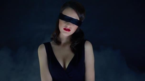 Mädchen im Nebel mit verbundenen Augen