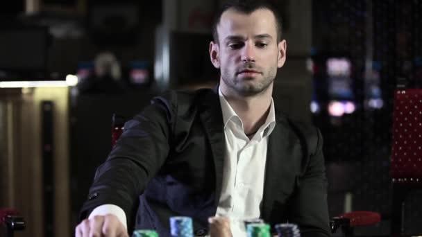 Brutální muž hraje v kasinu