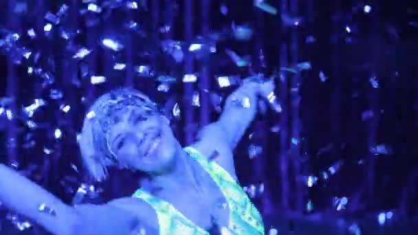 Blondýnka, tanec a konfety