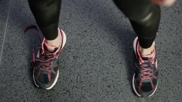 Mädchen bindet Schnürsenkel an Turnschuh