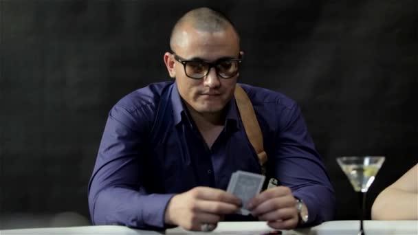 Brutální muž hrát poker