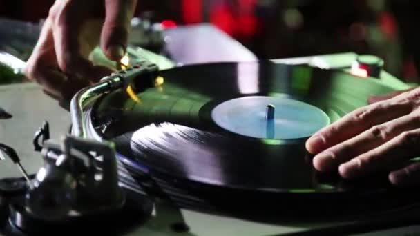 DJ játszik egy nightclubban a távirányítón. Közeli kép: Dj konzol.