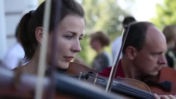 A zenészek játszanak húros hangszerek