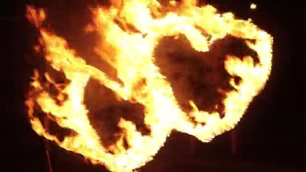 Két égő szív. Éjjel az utcán tűz-show.