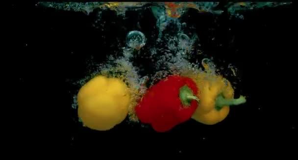 Tři papriky v pomalém pohybu ve vodě Hd