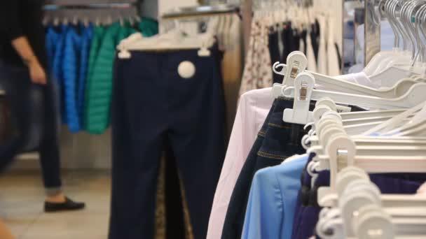 Oblečení v obchodě oblečení