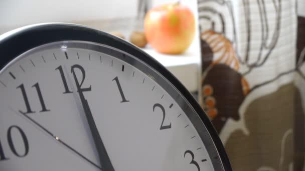 Sekundenzeiger einer Uhr In gemütliche Küche — Stockvideo © LanaUA ...