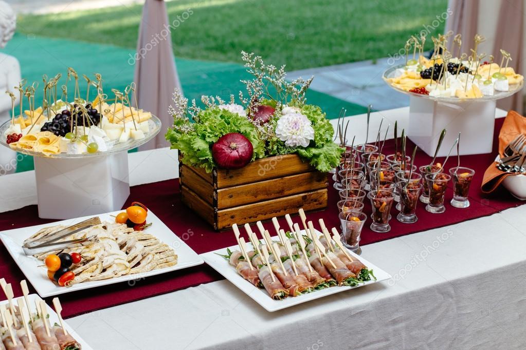 Servicio de catering mesa de restaurante con comida y for Decoracion de comida