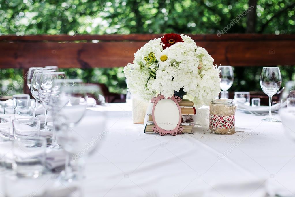 Composition Florale De Fleurs Blanches A La Table De Mariage