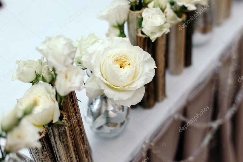 db70e46a8cc9 Όμορφο ντεκόρ στο γάμο. Λουλούδια για το φόντο του τραπεζομάντιλου. Κοντινό  πλάνο λουλούδι —