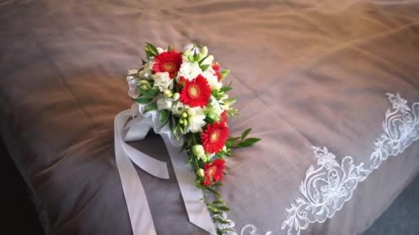 Svatební kytice na posteli