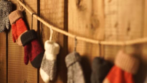 Kinderhandschuhe am Seil