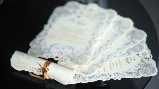 Svatební pozvánky rozloženy na stůl