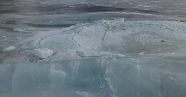 záběr na turisty na zamrzlém jezeře se skalnatými horami v pozadí-nakloněná rovina