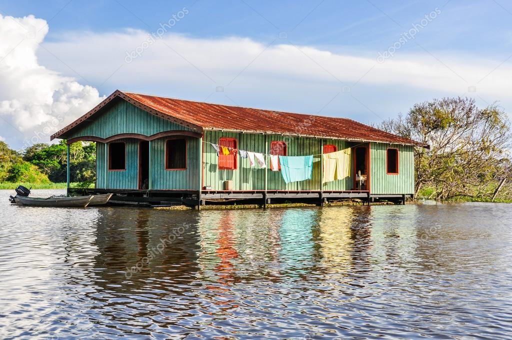 Hus vid floden i amazonas regnskog manaos brasilien for Piccoli piani di casa sul fiume