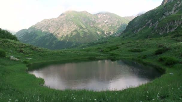 Bergsee am Fuße des Berges. Frühling im Kaukasus. Das spiegelt sich am Abend im Wasser wider. 1920x1080