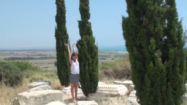 hübsche junge Frau spaziert in der Nähe der Ruinen