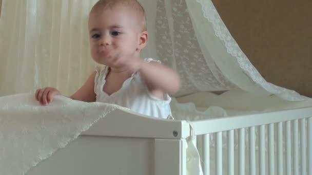 malá holčička hraje v postýlce. FullHD video