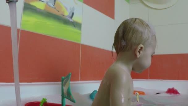 malé dítě ve věku jednoho roku hraje a skoky v koupelně. Zpomalený pohyb