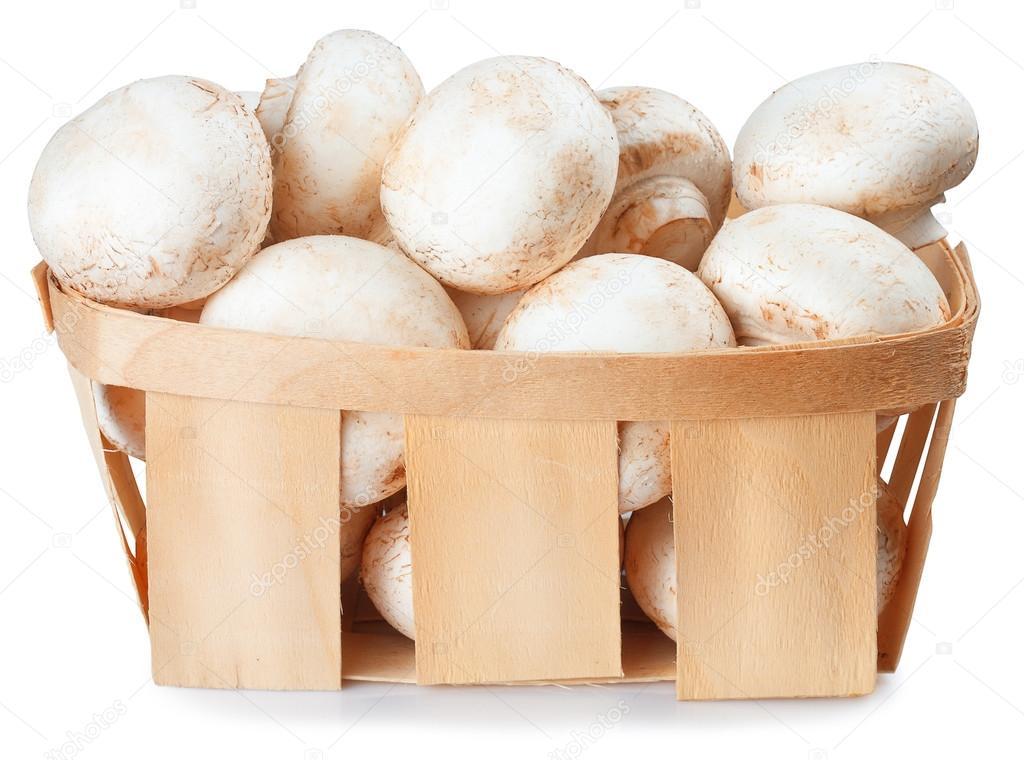 Грибы Champignon в плетеной корзине изолированы на белом ...